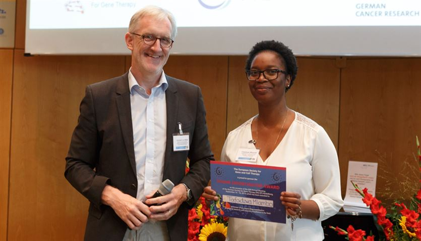 Tafadzwa Mlambo receives the Young Investigator Award at the National Meeting of the German Society for Gene Therapy (DG-GT)